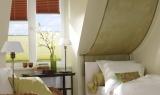 Betthimmel aus Stoff und Plisse am Fenster